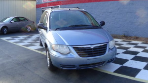 2005 Chrysler Town & Country Blue (1)